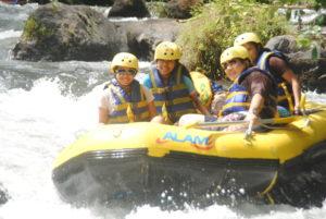Rafting di sungai telaga waja2