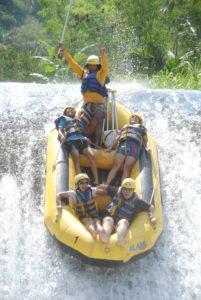 Rafting di sungai telaga waja1