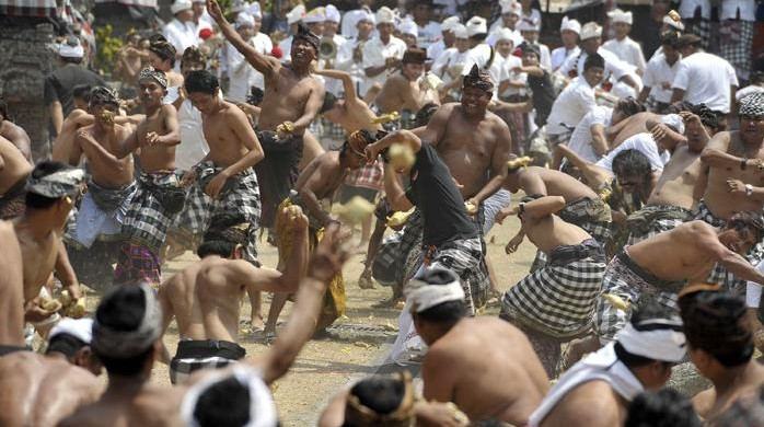 Tradisi Perang Tipat Bantal di Desa Kapal